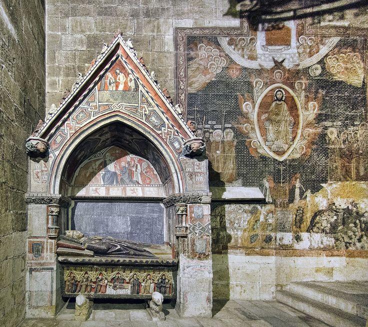 Capilla de San Martín,Catedral Vieja de Salamanca.Es un pequeño hueco anexo a la nave de la catedral románica de Salamanca. Los murales góticos están firmados por Antón Sánchez de Segovia en 1262. El sepulcro corresponde al obispo Rodrigo Díaz,muerto en el año 1339;