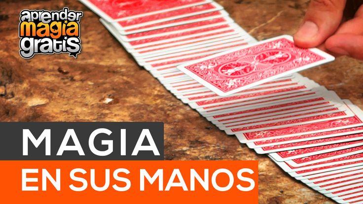 Truco de magia con cartas en las manos del espectador