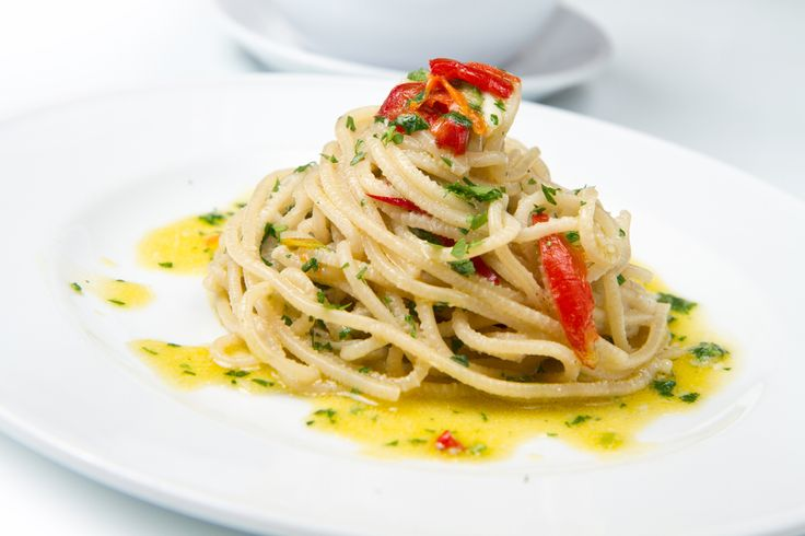Ricetta pasta con curcuma: spaghetti con aglio olio e peperoncino, legati insieme alla curcuma, donano al piatto un tocco esotico e fantasioso. Tutti da provare