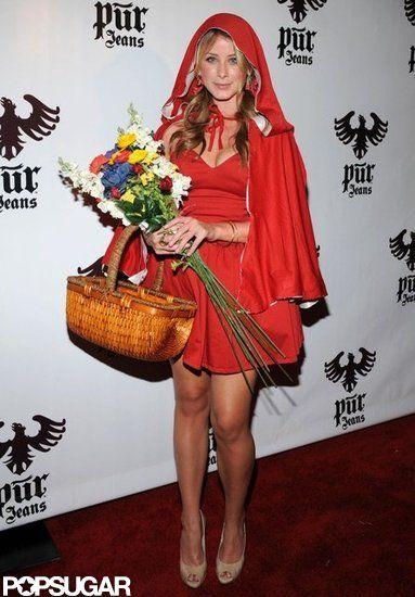 Rood jurkje, cape, mandje en daar is ze...; roodkapje!