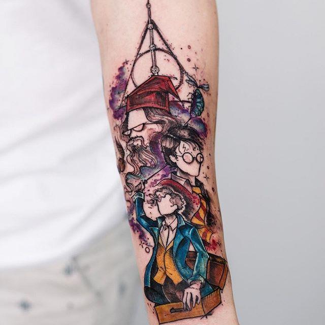 """""""Todos temos luz e trevas dentro de nós. O que nos define é o lado com o qual escolhemos agir.""""    Tatuagem feita por Rob Carvalho.    #tattoo #tatuagem #harrypotter #colorida #aquarela #hp #braço"""