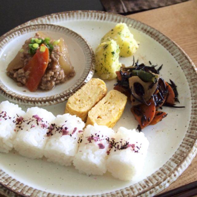 和食朝ごはん | ゆかりおにぎり、たまご焼き、蓮根ひじき、粉ふきいも、大根とひき肉の煮物
