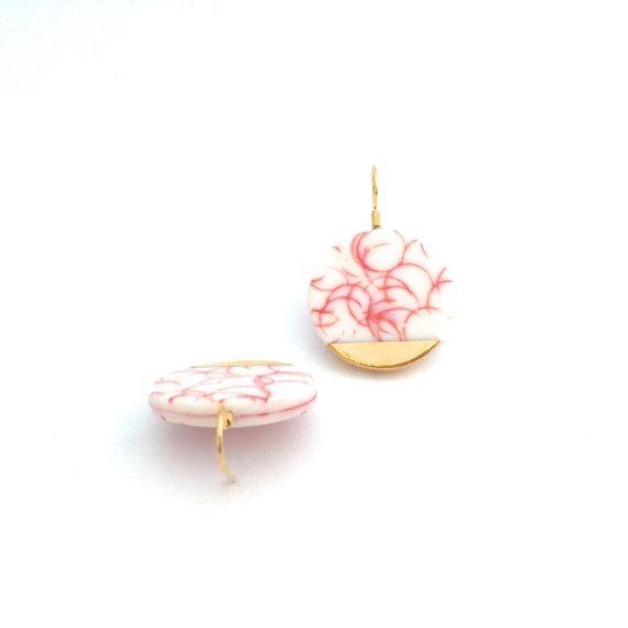 Blanco porcelana rojo pendientes, pendientes de cerámica círculo, pastel pendientes, oro sumergido pendientes, joyas de porcelana, joyería de la declaración