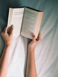 """Per concludere """"i libri da leggere non potranno essere sostituiti da alcun aggeggio elettronico. Sono fatti per essere presi in mano, anche a letto, anche in banca, anche là dove non ci sono spine elettriche, anche dove e quando qualsiasi batteria si è scaricata, possono essere sottolineati, sopportano orecchie e segnalibri, possono essere lasciati cadere per terra o abbandonati aperti sul petto o sulle ginocchia quando ci prende il sonno, stanno in tasca, si sciupano. /Umberto Eco./"""
