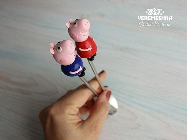 Чайные ложечки хрюшки🐷🐷. Нет в наличии. А за фотофон спасибо @chulan_free #веремешкиныложки #вкусныеложки #вкусныеложечки #ложка #полимерная_глина #подарокручнойработы #полимернаяглина  #миниатюра #подарок #девочкитакиедевочки #латте #чаинаяложка #polymerclay #kawaii #craft #latte  #spoons #sweetspoon #sweets #sweet #вкуснаяложечка #pig