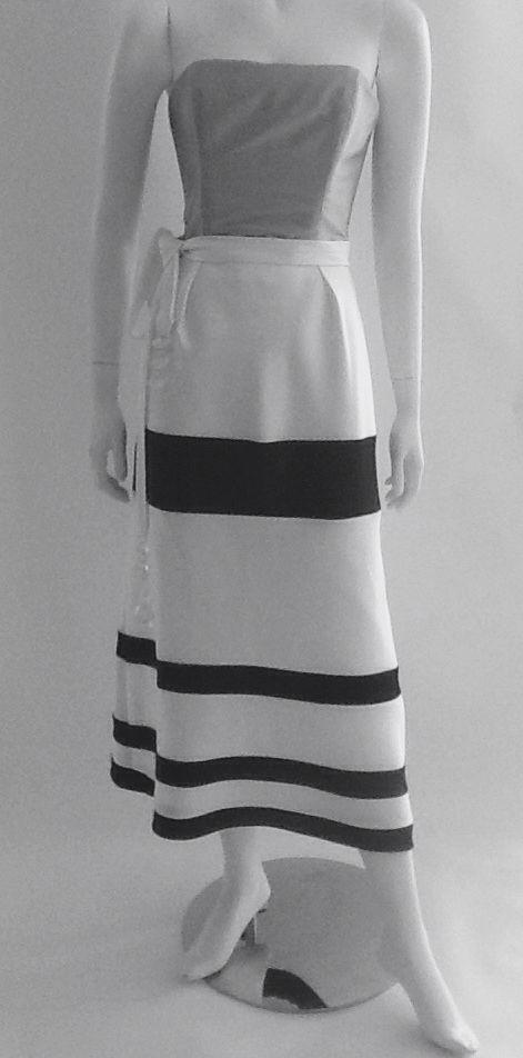 Cuerpo en tafeta de seda gris,  falda midi en franjas horizontales bicolor negro y blanco.
