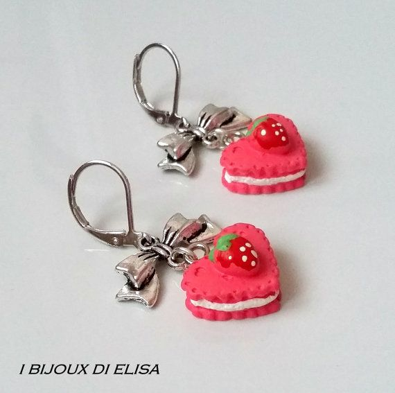 Deliziosi orecchini con tortina di Ibijouxdielisa su Etsy #jewels #gioielli #bijoux #bigiotteria #handmade #handmadejewels #handmadeearrings #fattoamano #earrings #cake #torta #heart #cuore #bow #ribbon #fiocco #fucsia #etsy