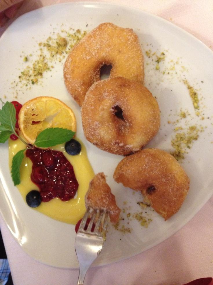 Fried Apple dessert with vanilla cream