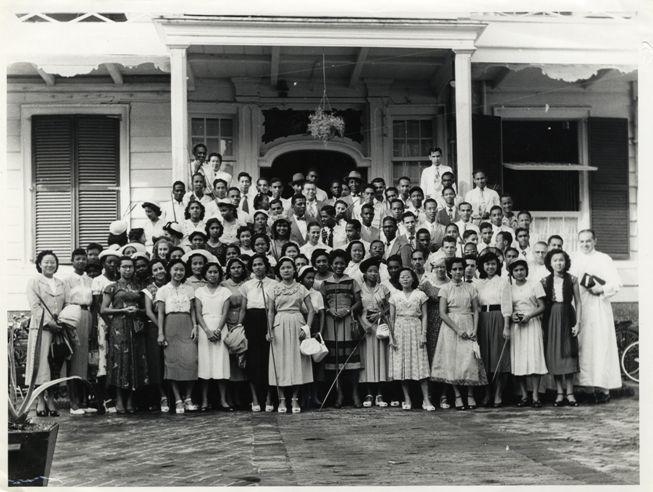 In 1948 richtte het hoofd van de rooms-katholieke St. Paulusschool in Paramaribo, frater Guibert Smits (bijnaam Brutus), de zogenaamde 'Brutusclub' op 'ter verheffing van oudere jongens en meisjes' - (foto Archief van de Redemptoristen, bron Erfgoedcentru