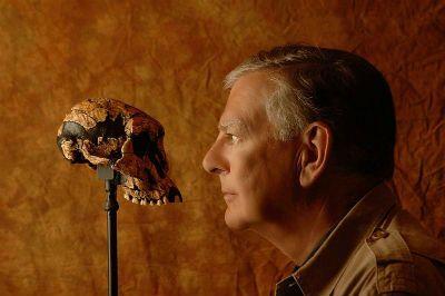 Donald Johanson with the Lucy skull (Australopithecus afarensis).