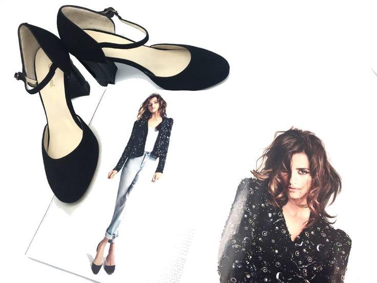 """Combina tus #blackpumps con denim, chaqueta de lentejuelas y camiseta blanca lisa como @PenelopeCruz en su reportaje """"La divina comedia de la moda"""" en la revista @harper"""