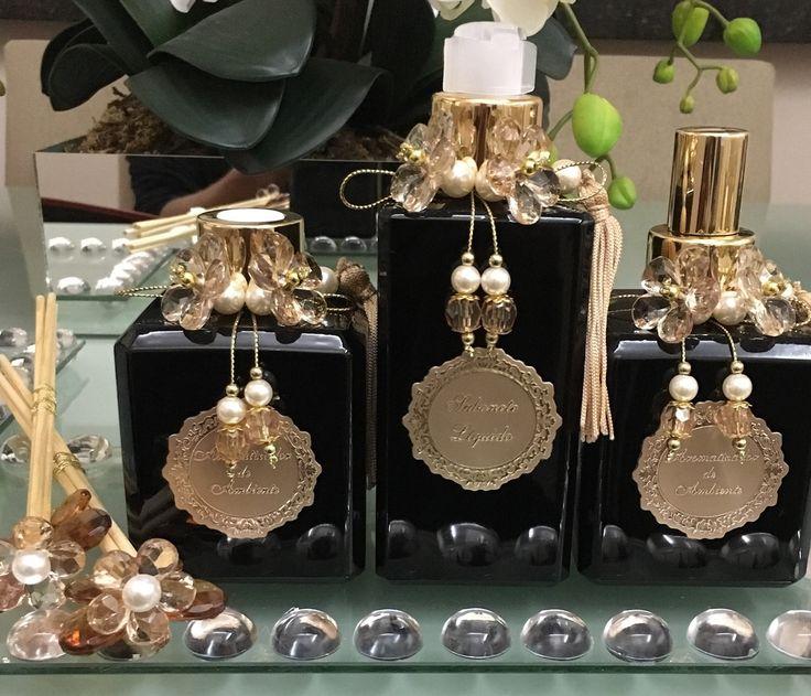 Kit lavabo vidros preto laqueados - 3 peças  1 sabonete 250ml  1 home spray 250ml  1 difusor 250ml  1 conjunto de varetas decoradas  *decorados com flores em acrílico e detalhes em dourado.  Obs. Não inclui bandeja - consulte.  Muitas opções de Essencia!