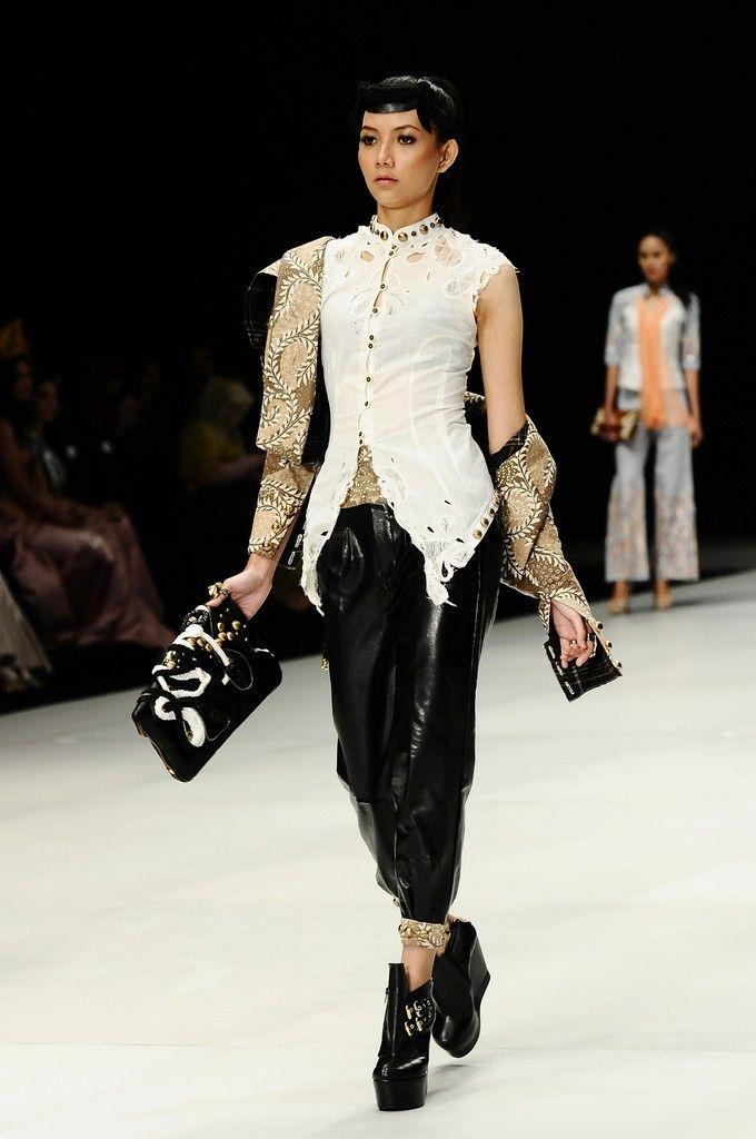 http://www.zimbio.com/pictures/XekggnDd7rY/Indonesia Fashion Week 2014/04mCjKUj4K4