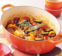 【ラタトゥイユ】ラタトゥイユとは南仏の野菜煮込み。できあがりに卵を落として混ぜながらいただいても良いでしょう。  http://lecreuset.jp/community/recipe/ratatouille/