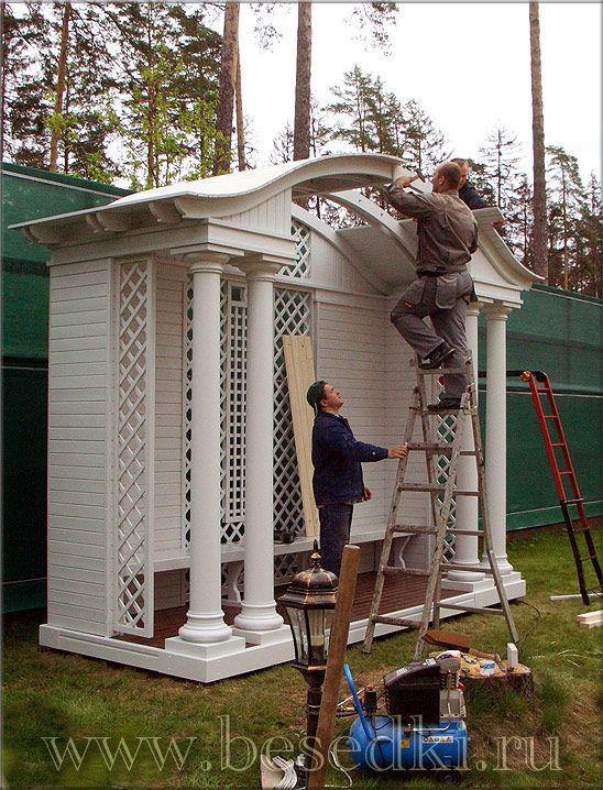 строительство беседки с круглыми деревянными колоннами