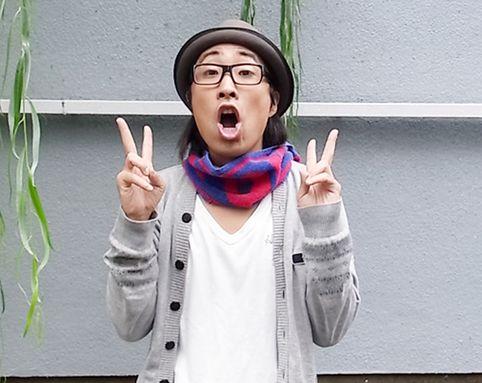 """芸人生活13年、ピン芸人になって花開いたキャラクター""""スーパーアイドルゆってぃ""""として活躍するゆってぃ。芸風からは想像しにくいが、彼はFC東京の熱烈なサポーターとしても知られている。サッカー狂の父のもと、子どもの頃からサッカーが身近にあったゆってぃに聞いた。"""