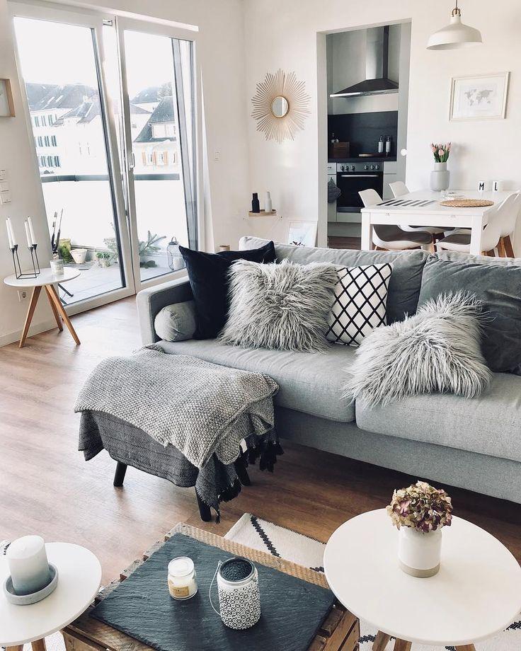 Die Lammfell-Kissenhülle Ella ist das kuscheliges Highlight in diesem Wohnzimmer! Kerzenschein und ein flauschiges Plaid sorgen zusätzlich für ein einzigartiges Wohlfühlambiente. // Wohnzimmer Sofa Couchtisch Fell Couchtisch Blumen Deko Dekoration Spiegel Beistelltisch Grau Weiss Kissen #Wohnzimmer #Wohnzimmerideen #Couchtisch #Deko #Dekoration #Fell #Sofa @maikii88