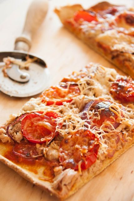 Pizza gluténmentesen       1,5 dl 1,5%-os tej (szükség esetén laktózmentes)     20 g friss élesztő     fél teáskanál kristálycukor     1,5 dl csapvíz     1 púpos teáskanál psyllium (útifűmaghéj)     300 g liszt         200 g kukoricaliszt         100 g hajdinaliszt     1 teáskanál só     + kb.: 10 g margarin