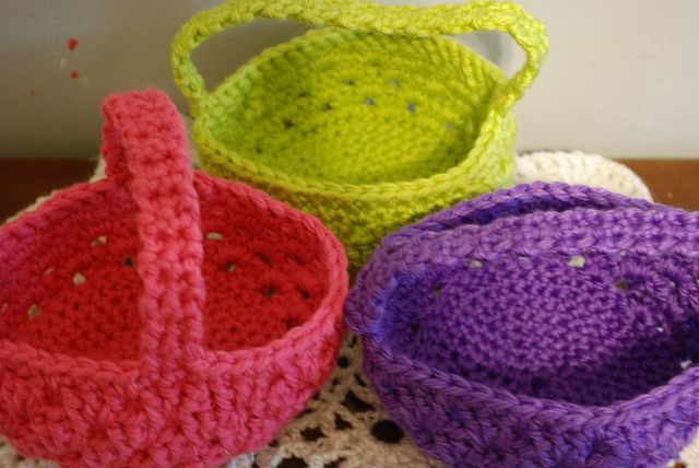 Last minute basket ~ free tutorial - Make in Christmas colors, fill with candy, last minute gift or favor.