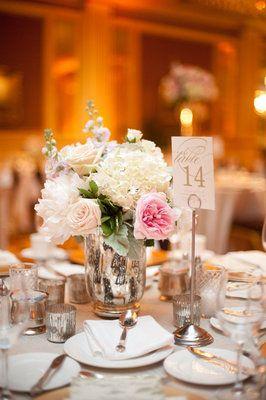 Simple casi perfecta la decoración de la mesa!! Classic, Romantic-Luxe, Midwest Wedding - Reception, Decor, Gold