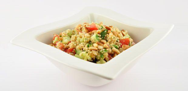 """Deze verfrissende quinoa salade is een afgeleide van een traditioneel Arabisch gerecht """"Tabouleh"""". Deze versie is gemaakt met quinoa."""