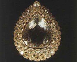 Este é o diamante Kaşıkçı Elması (Spoonmaker's Diamond),um dos destaques do Palácio Topkapi.Com 86 Ct, é rodeado por 49 brilhantes em 2 fileiras.Transferida para o Tesouro Turco,a jóia ganhou as 2 fileiras de brilhantes por ordem de Mahmur II,o sultão que mandou construirTopkapi