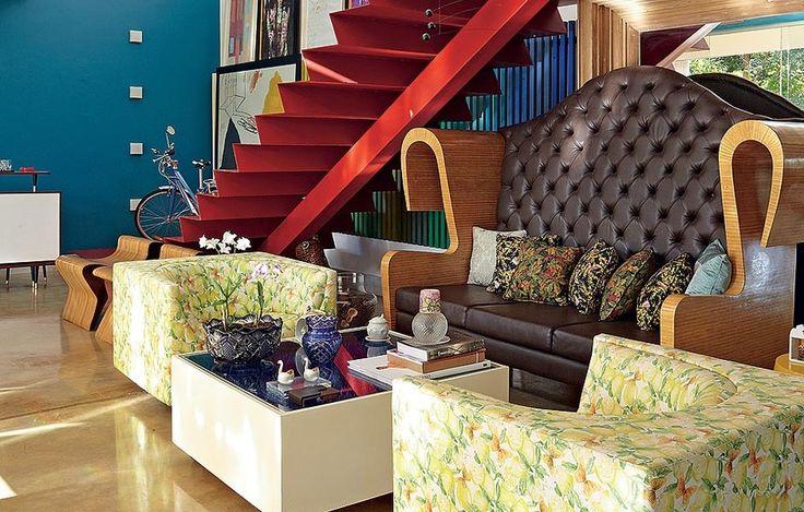 O sofá de design ousado foi criado pelo próprio morador, o arquiteto Leo Romano. O couro escuro faz um bom contraste com o resto da decoração, que é uma mistura de cores vibrantes