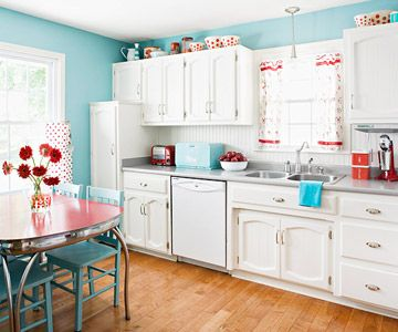 Cozinha movéis brancos, paredes turquesa e detalhes em vermelho, linda composição.