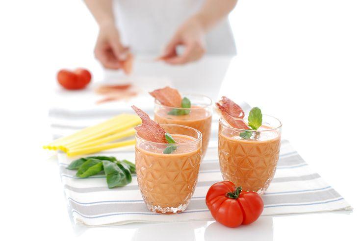 Receta de Gazpacho con crujiente de jamón, usamos nuestra Thermomix ® para el gazpacho y el microondas para la decoración. Un receta básica de verano.