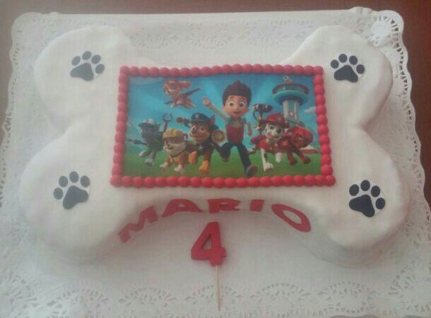 Tarta con foto comestible en forma de hueso, para el cuarto cumpleaños de Mario!