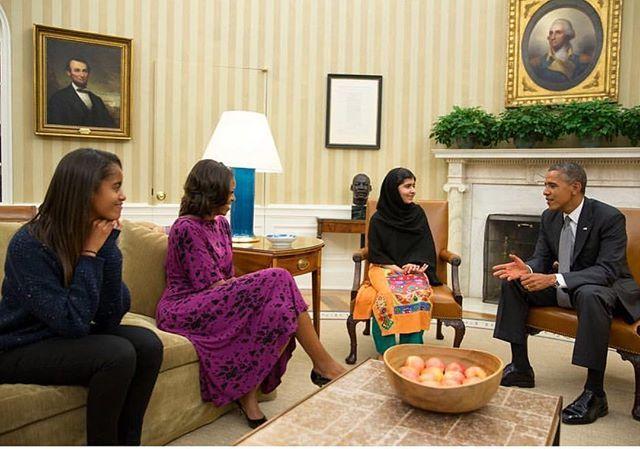 """""""Espero que todas vocês desejem feliz aniversário à Malala e que ela continue sua batalha para que todas as garotas possam atingir seu infinito potencial"""" foi a maneira fofa e empoderada de @michelleobama parabenizar a ativista paquistanesa que completa 20 anos hoje! Nós que somos admiradoras do trabalho que ambas fazem pelas mulheres assinamos embaixo e desejamos as melhores coisas do mundo para Malala!  (: #regram @obamafoundation)  via GLAMOUR BRASIL MAGAZINE OFFICIAL INSTAGRAM…"""
