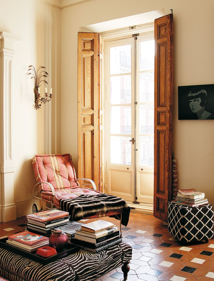 Thank you, Rosaline, for digging up this decade old gem of a spread, showcasingCarolina Herrera Báez' stunning home in Madrid. The daughter of designer Carolina Herrera, and the creative fragrance director of the eponymous brand, has done an stellar job incorporatingan eclectic mix of vintage,