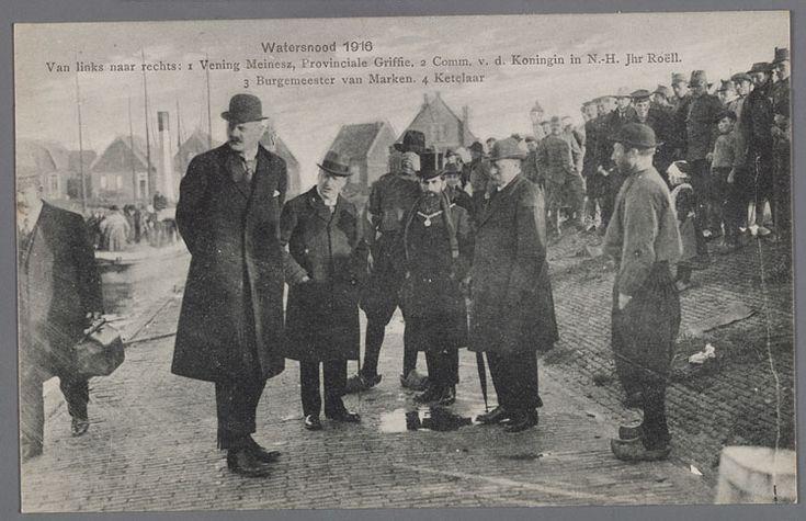 Watersnood 1916. Groep notabelen bij de haven. Van links naar rechts: 1. Vening Meinesz, Provinciale Griffie. 2. Comm. v.d. Koningin in N.H. Jhr. Roëll. 3. Burgermeester van Marken. 4. Ketelaar. Marker met pijp is C. Boneveld Jzn. Watersnood 1916 #NoordHolland #Marken