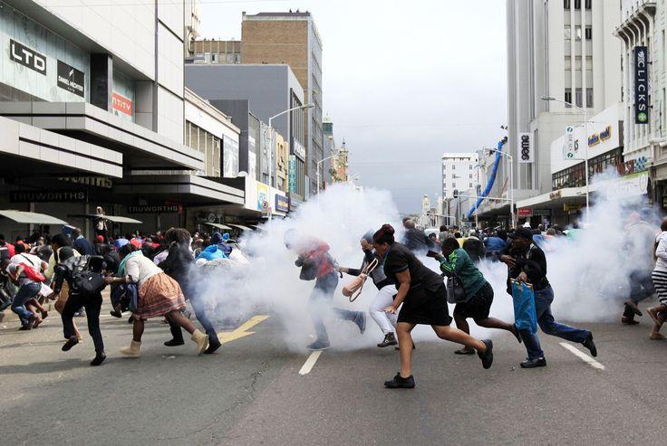XENOFOBIA EN SUDAFRICA. Sudáfrica atraviesa estos días un nuevo estallido de violencia xenófoba que ha dejado ya varios muertos y, sólo en Durban, más de dos mil desplazados extranjeros acusados de de quitar puestos de trabajo y traer delincuencia a las comunidades. Los comerciantes -en su mayoría de países como Pakistán o Bangladesh, cierran sus comercios para evitar saqueos y agresiones. (EFE)FOTOGALERÍA en HD