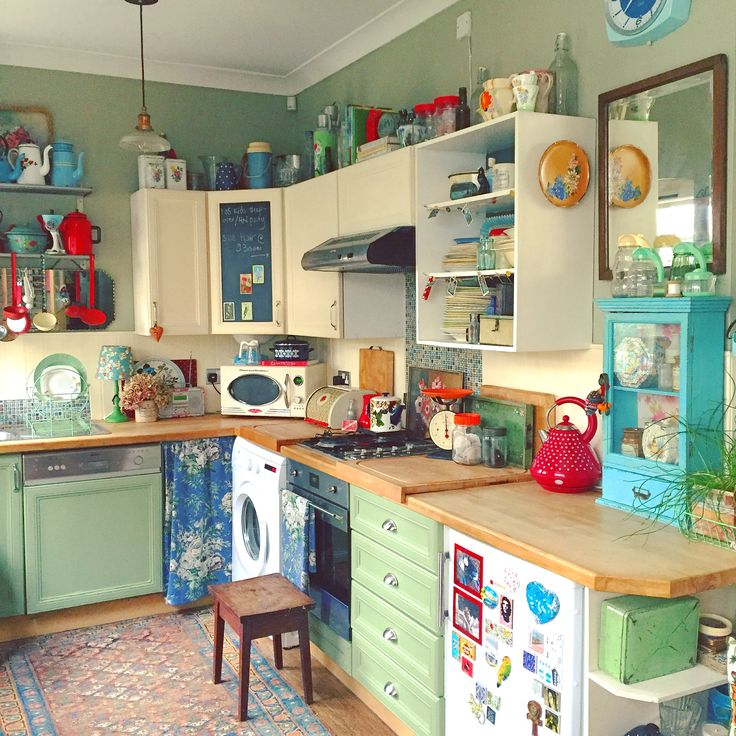 And so the kitchen is back to green. I think this may be a keeper! Lisa Loves Vintage