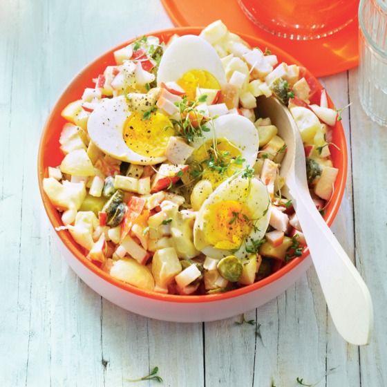 Aardappelsalade met gerookte kip, ei en augurk