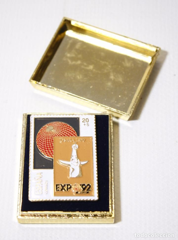 PIN DE LA EXPO 92 1992 SEVILLA. SELLO OSAKA. SELLOS CORREOS. PINTADO A MANO (Coleccionismos - Pins)