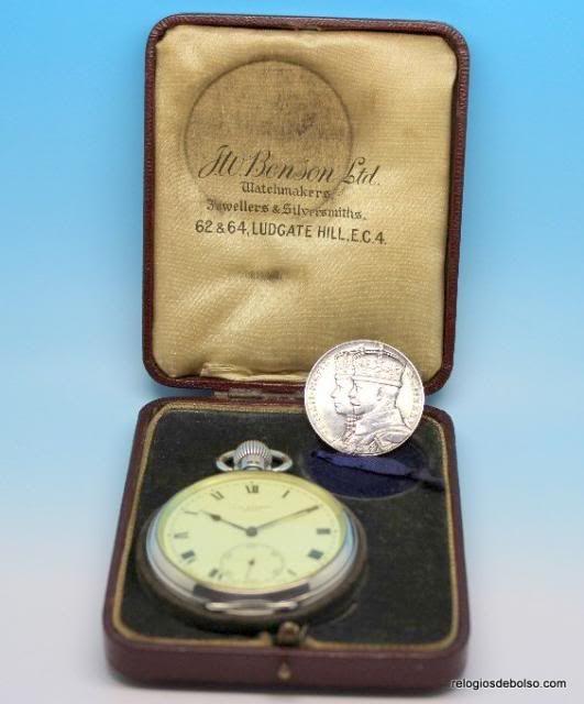 Excelente peça de coleção, produzido em 1935. A reconhecida casa J.W.BENSON, que foi relojoeiro da Casa Real Britânica, produziu um relógio para comemorar o Jubileu da Coroação do Rei George V e da Rainha Mary. Mais informações em http://www.relogiosdebolso.com/epages/180481.sf/pt_PT/?ObjectPath=/Shops/180481/Products/REP.539