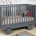Ce lit évolutif sur roulettes est inspiré du chariot alsacien. 4 positions : lit de nourrisson avec matelas haut, lit bébé avec matelas bas, lit bébé sans barreau et banquette. L 135 x 65 x H 90 cm. 8 teintes. Vendu sans matelas. 790 €. La Roulotte. Laurette Déco.
