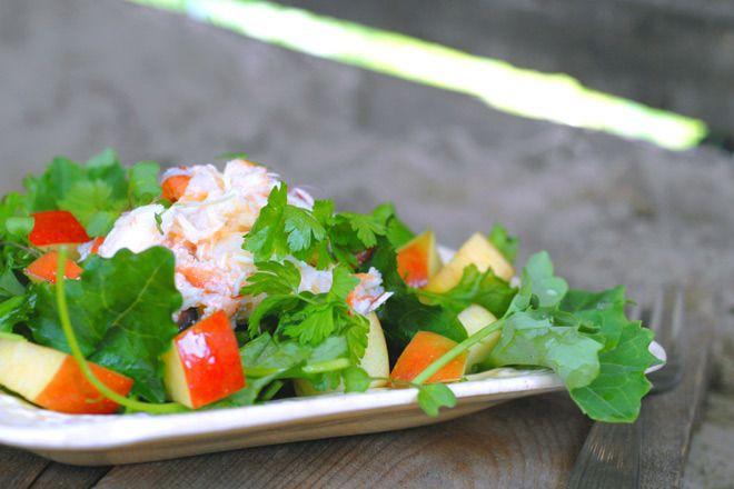 Lett krabbesalat med minigrønnkål og eple. Er du glad i krabbe bør du nyte klokjøttet, men ikke overdrive inntaket av brunmaten.