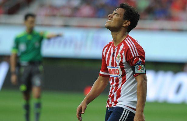 Omar Bravo sufrió percance en la práctica de Chivas - Aunque a final de cuentas no pasó a mayores, el delantero de las Chivas Rayadas del Guadalajara, Omar Bravo, asustó en serio a sus compañeros y cue...
