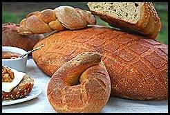 Il pane nero di Castelvetrano con miele,noci e camoscio d'oro