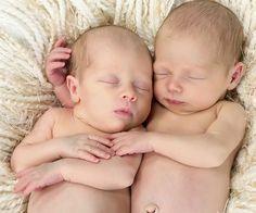 50 Tipps für Eltern von Zwillingen | Schwanger mit Zwillingen? Das bedeutet doppeltes Glück auf einen Schlag, gleichzeitig aber auch viel Arbeit. Zwillingseltern werden dann oftmals zu richtigen Organisationsprofis. Hier kommen die besten Zwillings-Tipps unserer Leser, vom entspannten Wickeln  bis zum praktischen Zwillingswagen.