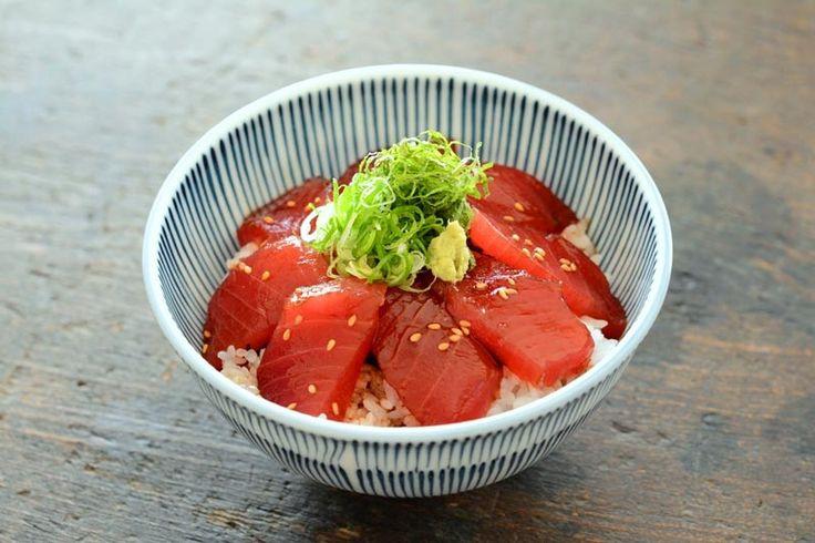 """いちばん丁寧な和食レシピサイト、白ごはん.comの『まぐろの漬け丼の作り方』のレシピページです。少しの甘みとかつおの風味をプラスした""""土佐醤油""""というづけたれを作って、まぐろをさっと漬け込んで作ります。作り方を写真付きで丁寧に紹介しています。"""
