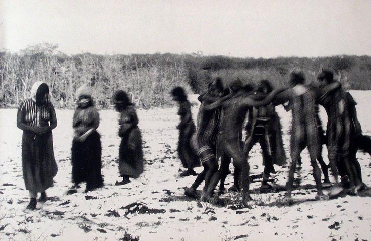 Cultura  Selk'nam - Juego ceremonial realizado durante la ceremonia del Hain. Selknam. Tierra del Fuego. Fotografía de Martín Gusinde
