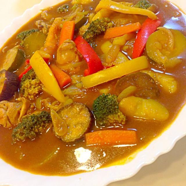 まだ暑いので、冷たくひやした辛いスープカレー(娘無視( ›◡ु‹ )) 具沢山でーす♥ 鶏もも肉、玉ねぎ、じゃがいも、カボチャ、パプリカ赤、パプリカ黄、ナス、ズッキーニ、人参、ブロッコリー、しめじ、舞茸、オクラの13種類✨ - 129件のもぐもぐ - 鶏もも肉と12種類の野菜の冷たい辛いスープカレー♥ by tomokeeta