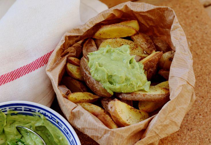 Gezonde frietjes met avocado-koriander dip