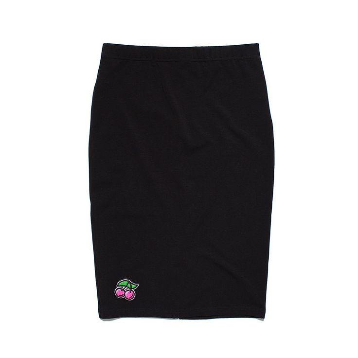 Spódnica PENCIL BLACK Ołówkowa spódnica wykonana z bawełny z domieszką lycry,, na dole naszywka haftowana wisienka. W pasie guma.
