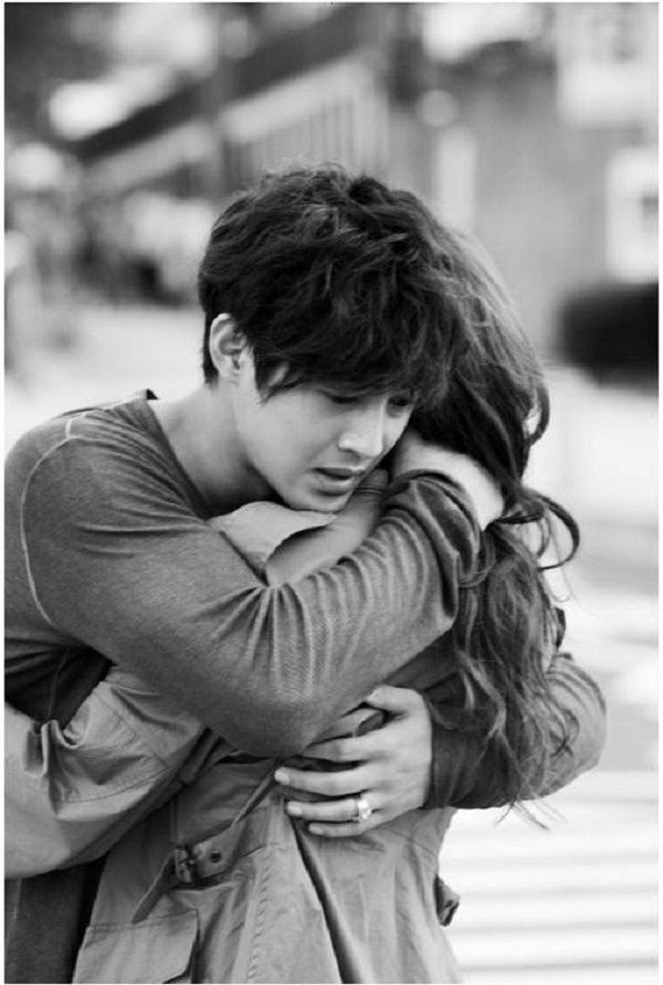 Hug Day: The Way Your Guy Hugs You Reveals What He Feels For You - Hug with a pat