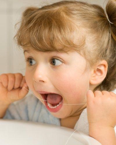 ALÉM DA ESCOVAÇÃO, É IMPORTANTE CRIAR O HÁBITO DE USAR O FIO DENTAL AINDA NA INFÂNCIA? Sim, principalmente no caso de dentes muito próximos uns dos outros. Além de limpar os espaços entre os dentes, a higiene com o fio ajuda a manter o hálito e a gengiva saudáveis